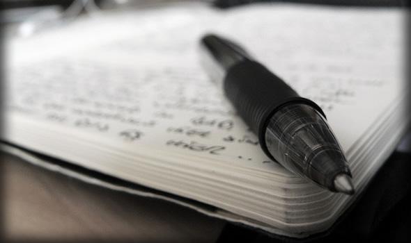 Gambar pena di atas buku catatan